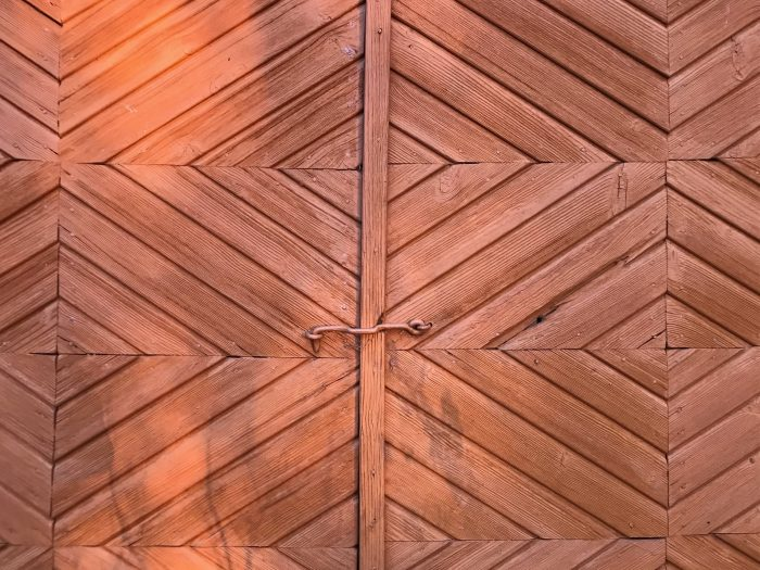 Oranssi puuovi, jossa laudat muodostavat kauniin salmiakkikuvion