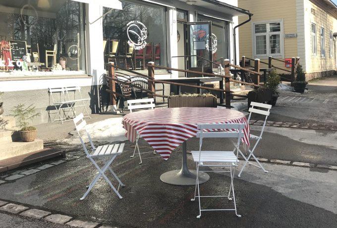 Kahvilan pöytiä Lapinjärven kirkonkylällä aurinkoisena päivänä